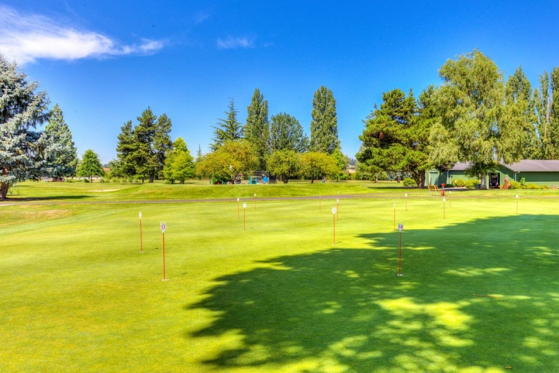 The showpiece of this traditional community is the private 18-hole golf course and residents frequently organize golf tournaments.