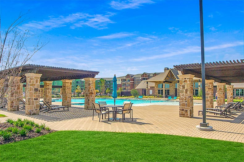 The outdoor pool and patio at Gatherings at Mercer Crossing in Farmers Branch, Texas